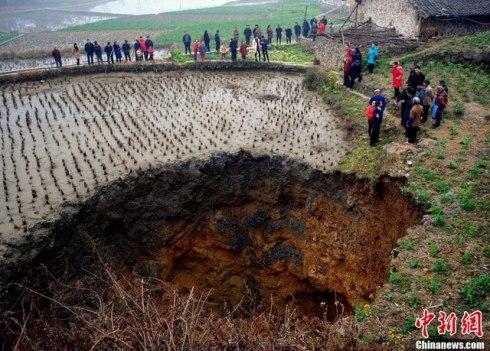 Il cratere che si e' aperto in Cina