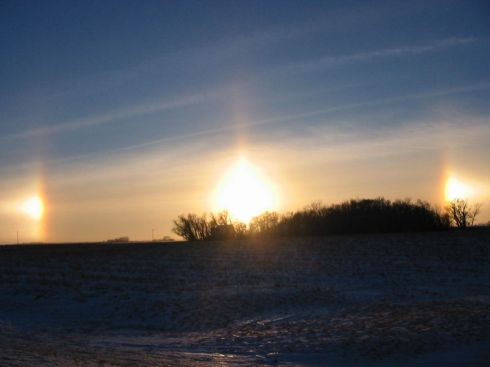 Sun dog incompleto come se vi fossero tre soli all'orizzonte