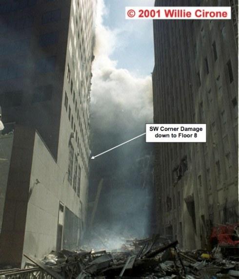 Dettaglio del WTC7 dopo il crollo della torre piu' vicina