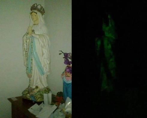 La foto reale della statua della Madonna illuminata